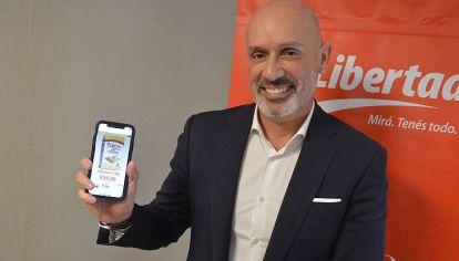 """PRECIOS A MANO. El CEO de Libertad, con los precios de todos los productos en su celular. """"No somos formadores de precios, es un mito"""", dice Jean Christhope Tijeras."""