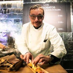 Bruno Gillot y una de sus creaciones en Feria Masticar.