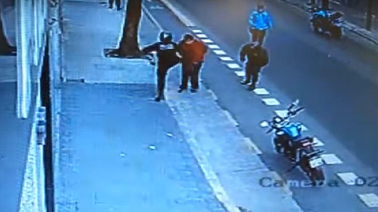 El momento en el que el policía patea al hombre.