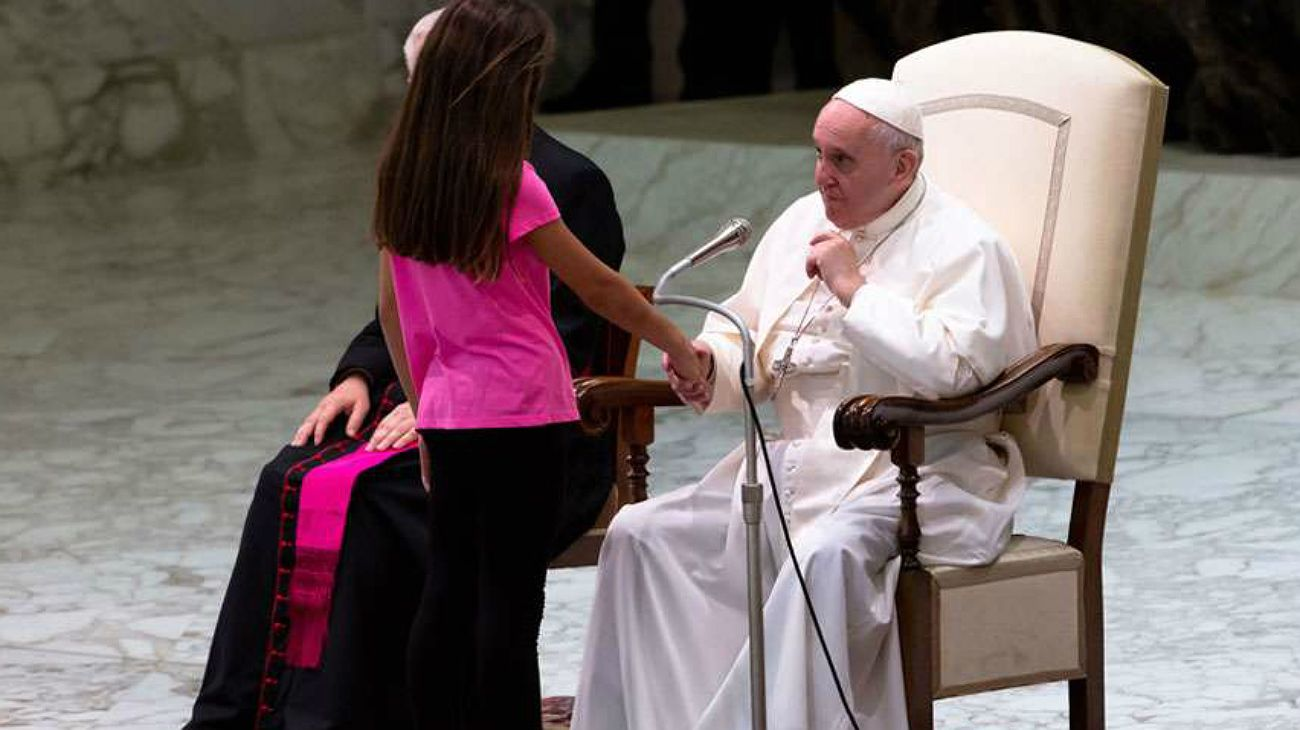 Una niña interrumpió la audiencia general y la reacción del Papa generó aplausos