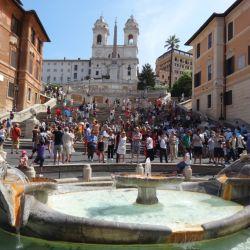 Imagen de otros tiempos: los visitantes no pueden sentarse más en los escalones de Piazza Spagna, en Roma.