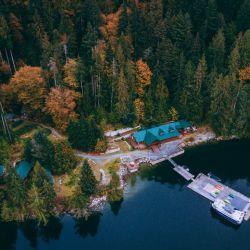 """El """"Homfray Lodge"""", al pie del monte Denman, ofrece hospedaje directo en el fiordo."""
