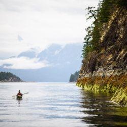 """Las costas salvajes del """"Canal de la Desolación"""" son ideales para las salidas en kayak."""
