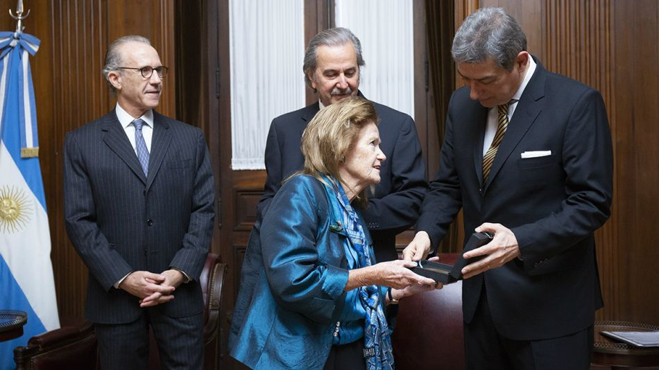 Rosatti recibe de Highton de Nolasco una distinción por la reforma constitucional