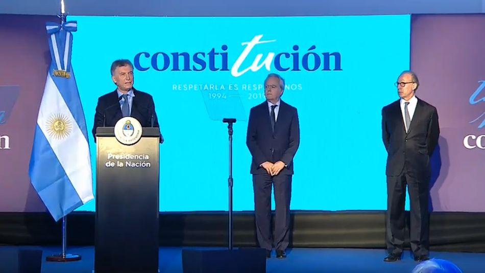 El presidente Macri, junto a Federico Pinedo y Carlos Rosenkrantz en el acto por los 25 años de la reforma constitucional en Santa Fe.