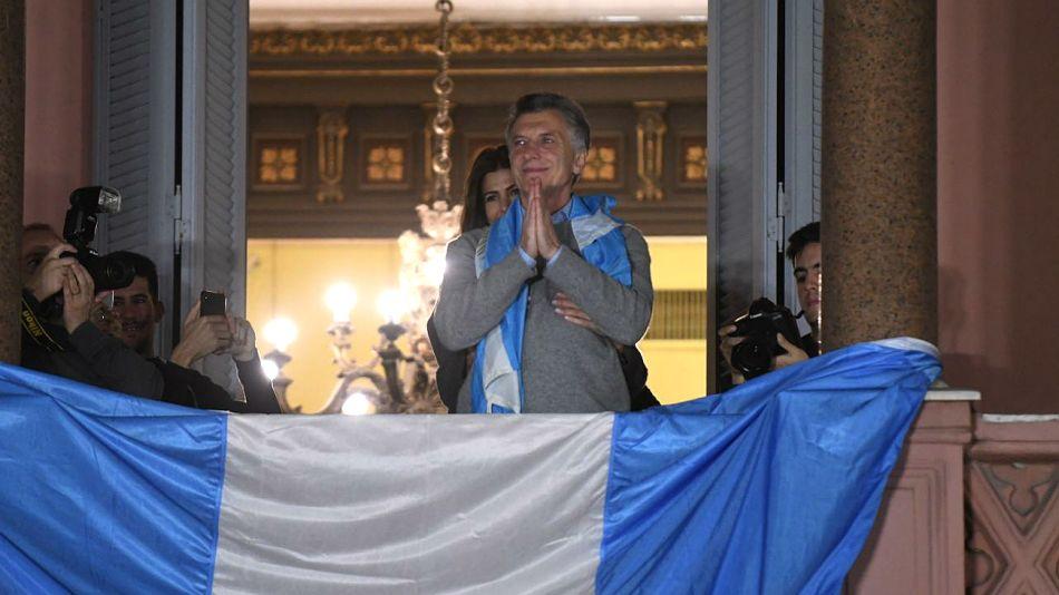 Mauricio Macri, y Juliana Awada detrás, desde la Casa Rosada.