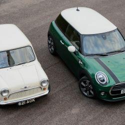 El primer Mini de 1959 junto al MINI 60 Years Edition.