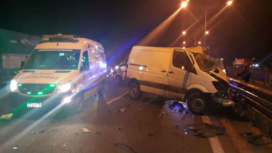 No se conocen las razones por las que la camioneta tipo traffic, de color blanco, comenzó a circular en contramano.