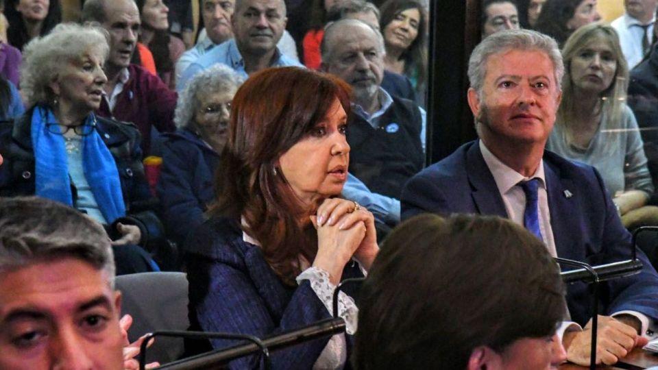 Cristina Kirchner en el interior de Comodoro Py junto a su abogado, Carlos Beraldi.