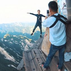 En el monte Hua Shan, en China, se encuentra un sendero que invita a los turistas a caminar por trazas muy angostas al borde de precipicios.