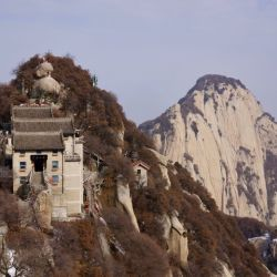 El monte Hua Shan se destaca por su riqueza natural y por ser una de las cinco cimas sagradas del taoísmo.