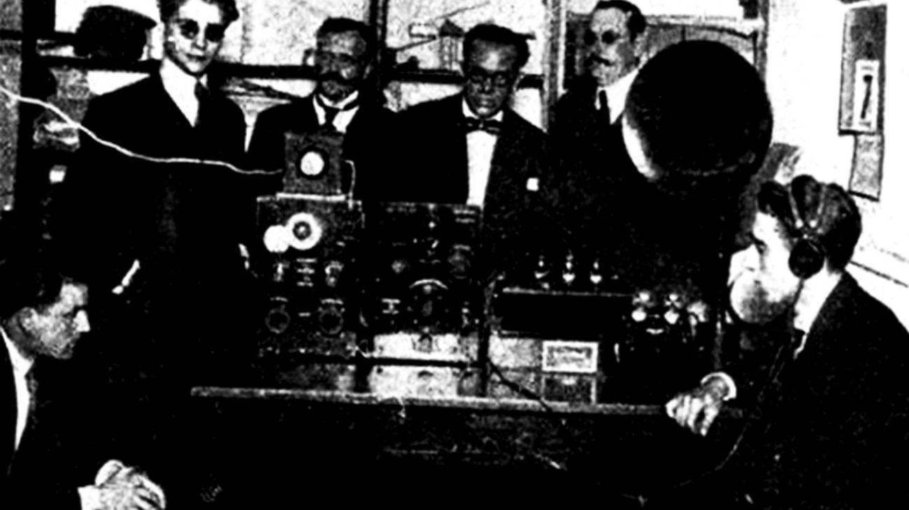 Los jóvenes que realizaron la primera transmisión radiofónica en la Argentina, fueron llamados 'los locos de la azotea'.
