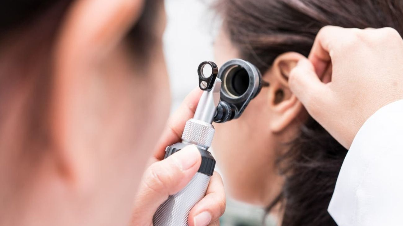 Fue al médico por dolor de oído y le encontraron algo que la espantó