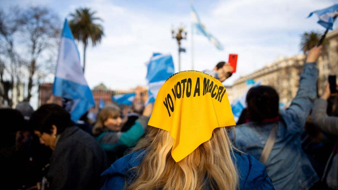 A supporter of President Mauricio Macri wears a yellow headscarf at a demonstration in support of the government in August 2019.