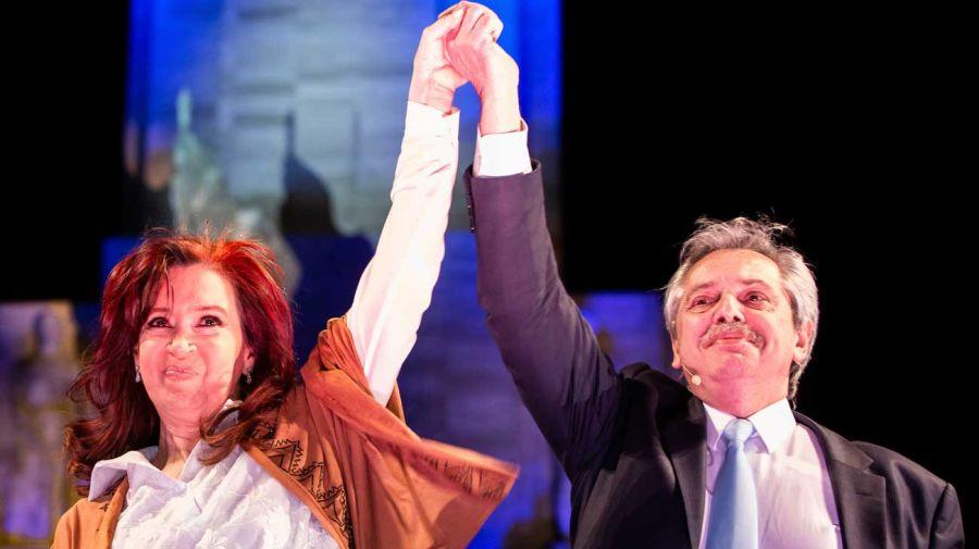Cristina Kirchner y Alberto Fernández hace un año, en el triunfo electoral del 27 de octubre.