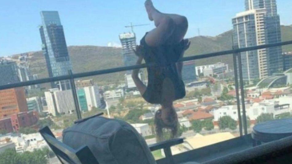 Alexa Terraza realizó una postura complicada desde su balcón.