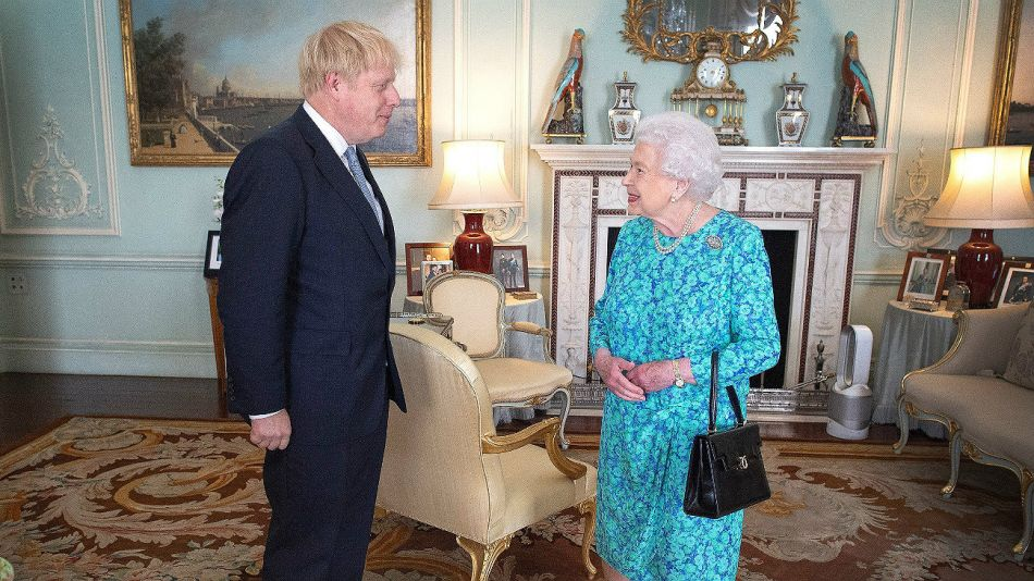 Boris Johnson junto a la Reina Isabel II.