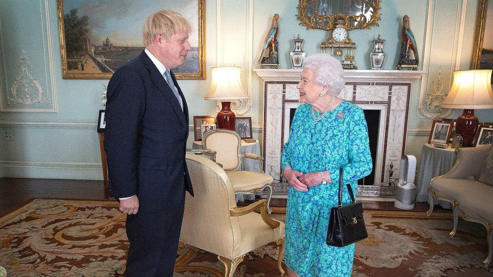 La reina Isabel II junto a Boris Johnson.