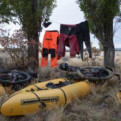 Luego de remar, no nos quedaba otra que colgar la ropa empapada en el primer árbol que encontramos.