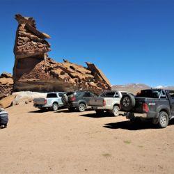 La caravana se estaciona a la sombra de los peñascos del Galán.