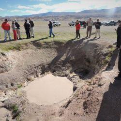 Los miembros de la expedición observan cómo el barro bulle a más de 80 ºC en el río Aguas Calientes.