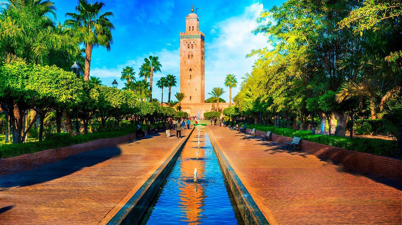 Marrakech. Con fuentes de agua, tierra roja y verde intenso, esta ciudad marroquí enamora a todos los visitantes.