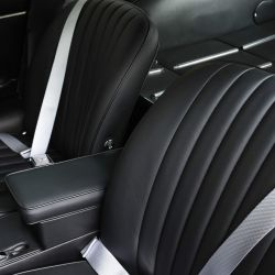 El Jaguar E-type Series 1 4.2  RHD FHC fue rescatado de las malezas y restaurado.