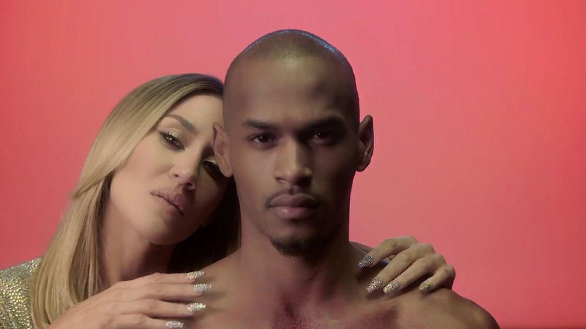 Conocé al sensual modelo que aparece con Jimena Barón en su nuevo video viral