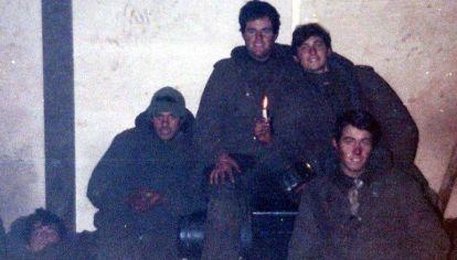 Malvinas, el 14 de Junio de 1982: Marcelo Paolini (sostiene una vela) prisionero de los ingleses, junto a su compañeros.