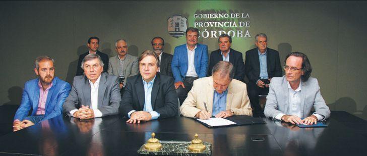 OTRAS EPOCAS. El gabinete provincial de Juan Schiaretti casi a pleno durante la firma de un convenio en el año 2015.