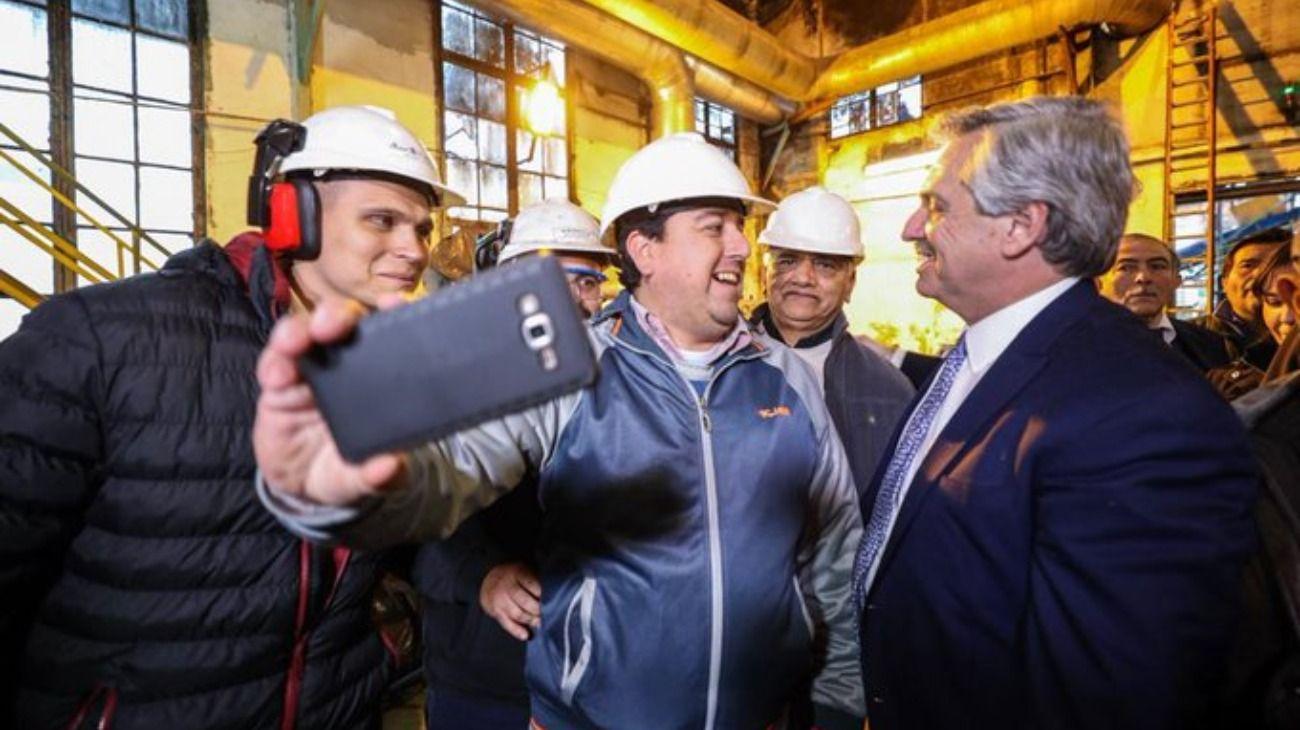 El candidato del Frente de Todos saludó a los industriales en su día.