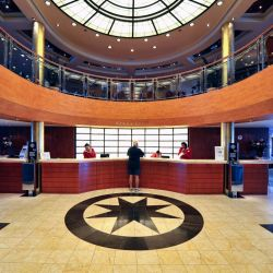Un lobby amplio es la mejor carta de presentación de un crucero.