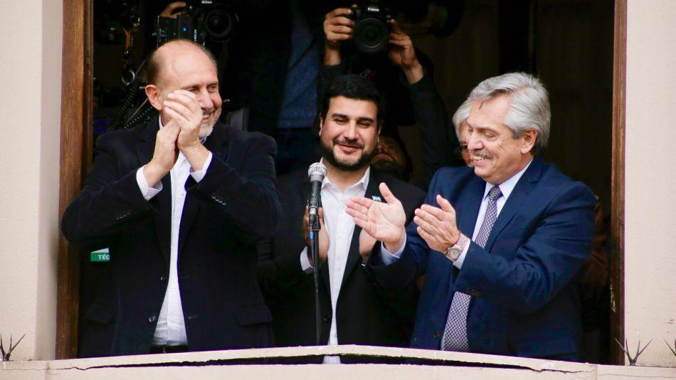 El gobernador electo, Omar Perotti, junto al candidato a presidente Alberto Fernández saludando a los santafesinos en el Teatro ATE Casa España.