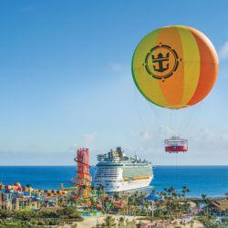 En Up, Up and Away, todos alcanzan una vista sin igual desde un colorido globo de helio anclado firmemente a tierra por medio de un cable. Esta atracción flota hasta 137 metros sobre Perfect Day at CocoCay, ofreciendo una vista panorámica de la isla.