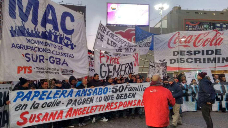 Trabajadores de Ansabo reclaman desde las 6:30 en el Puente Pueyrredón.