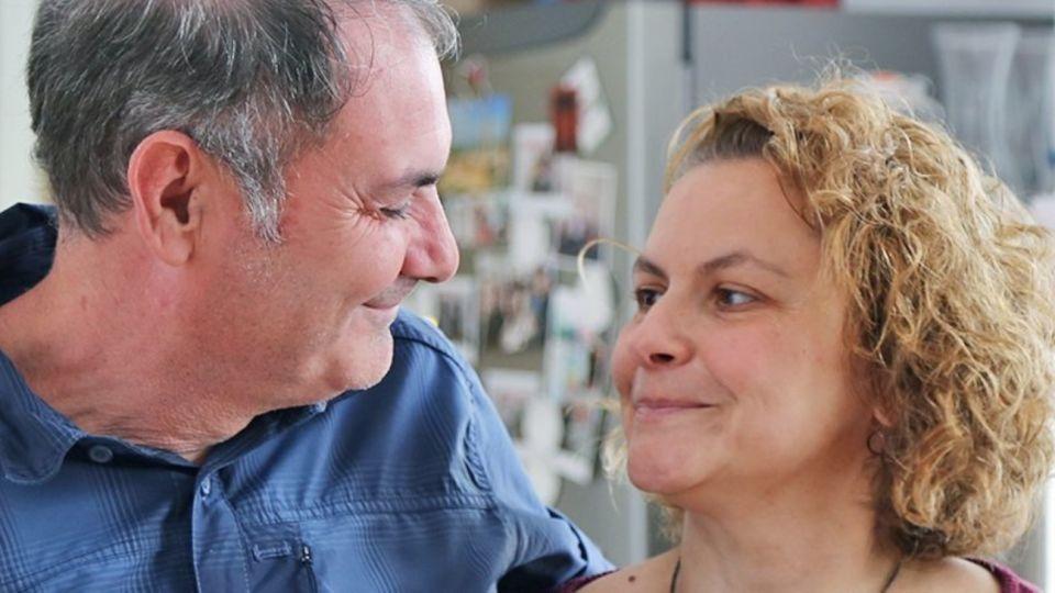 José Luis Fernández y su esposa, Ana, a quien le diagnosticaron Alzheimer a los 27 años. En la actualidad tiene 44 y es madre de tres hijos.