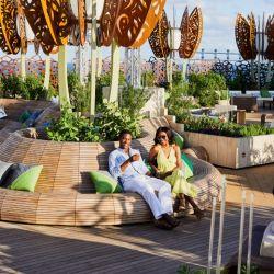 Uno de los espacios más relajantes durante el día es el Rooftop Garden con su lujosa ambientación.