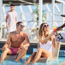 El punto de encuentro en Celebrity Cruises es la piscina, un área de relax rodeado de obras de arte.