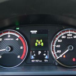 Mantiene las levas al volante para los cambios, tablero y consola, y la regulación eléctrica para la butaca del conductor.
