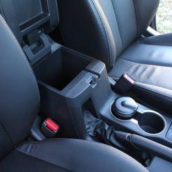 En el interior mantiene el muy buen nivel de equipamiento y materiales. Dispone de varios espacios portaobjetos.