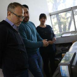El intendente de Tres de Febrero, Diego Valenzuela, visita la sala de impresión de registros.