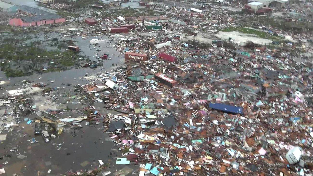 Las pocas imágenes que llegan desde la isla Gran Ábaco muestran escenas de daños catastróficos, con centenares de viviendas sin techo, autos volcados, enormes inundaciones y escombros por todos lados.