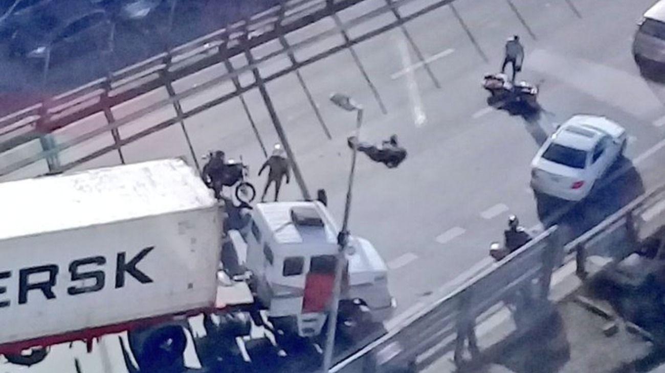 Accidente fatal en la 9 de Julio Sur: cayó de una moto y fue arrollada por un camión