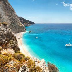 La griega Antikythera, con su isla de fantasía moteada de sol por sus amplias playas, aguas cristalinas y solo un pueblo, desea mejorar su población.