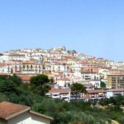 El alcande Nicola Gatta quiere revivir Candela, en Puglia (Italia) ofreciendo hasta 2000 € a las personas que estén dispuestas a mudarse allí.