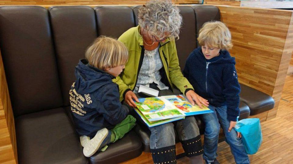 La idea es guiar los procesos de atención de los niños para que focalicen selectivamente los aspectos positivos y, por ende, evoquen con su memoria situaciones con carga afectiva positiva.