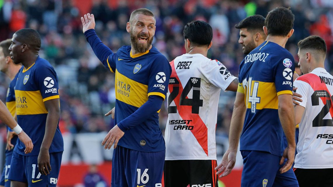 Boca Juniors' Daniele De Rossi, centre, speaks to teammate Carlos Izquierdoz, right, during the match against River Plate.