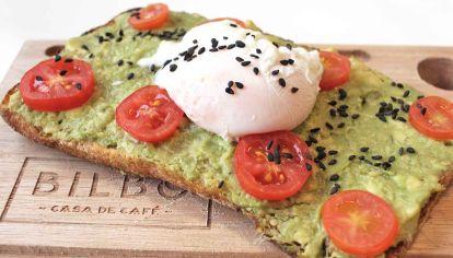 Variantes. Las propuestas combinan frutas, verduras, panes y huevo, para arrancar bien el día.