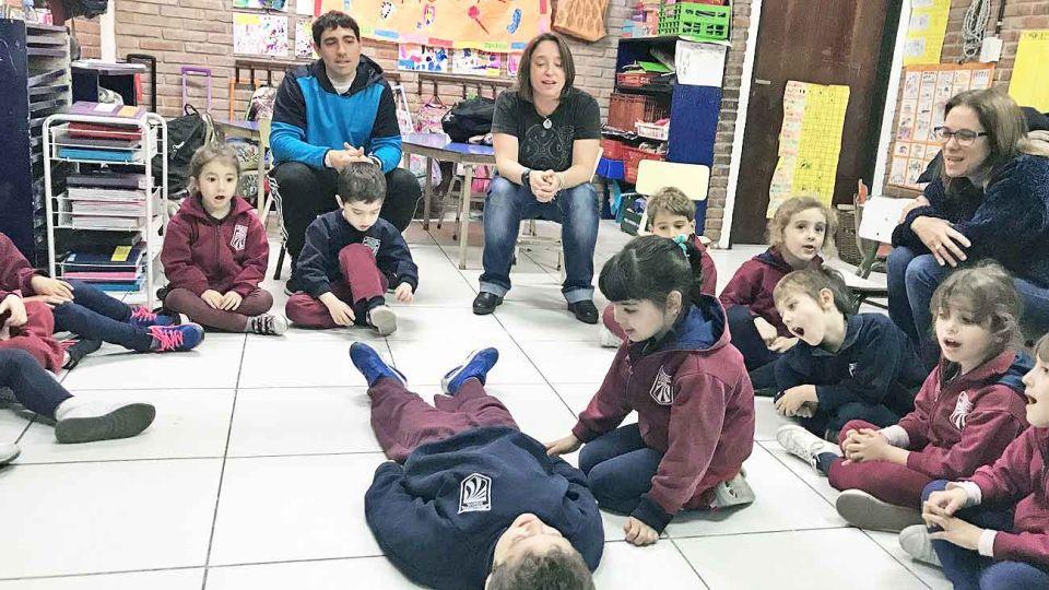 Accion. Chicos de sala de 5 en la New Model International School practican bajo la mirada de sus maestros. También usaron un oso de peluche.