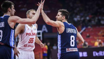 Nicolás Laprovíttola festeja el triunfo argentino sobre Polonia.